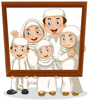 Membro da família feliz segurando porta-retratos