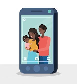 Membros da família afro fofos com smartphone