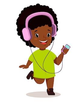 Menina africana correndo e ouvindo a música
