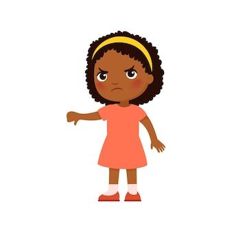Menina africana mostrando gesto do polegar para baixo criança chateada, emoção negativa, discordância