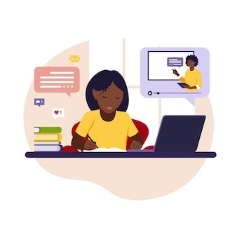 Menina africana sentada atrás de sua mesa, estudando online usando seu computador. ilustração com mesa de trabalho, laptop, livros.