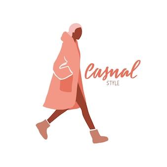 Menina andando. movimento mulher de casaco, perneiras e botas.