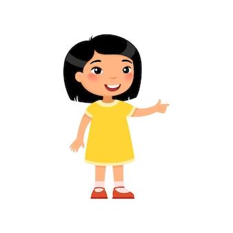 Menina asiática apontando com dedo indicador mostrando a direção prestando atenção no gesto