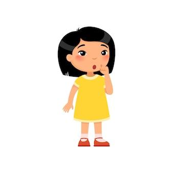 Menina asiática mostrando gesto de silêncio criança com expressão confusa no rosto, considerando o sinal de silêncio