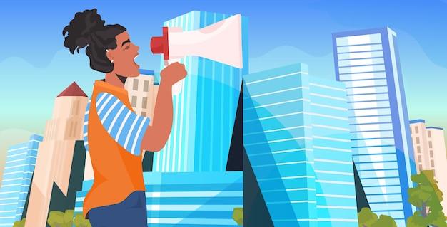 Menina ativista segurando falando no alto-falante feminino movimento de empoderamento feminino conceito de poder da cidade retrato do fundo da cidade