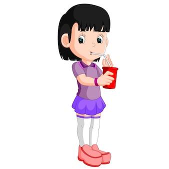 Menina bebendo de uma lata