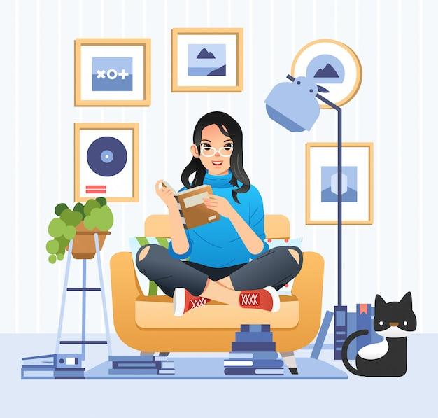 Menina bonita de óculos lendo um livro na sala de estar com o gato ao lado de sua ilustração para o dia internacional da alfabetização