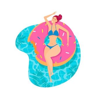 Menina bonita no flutuador de piscina inflável.