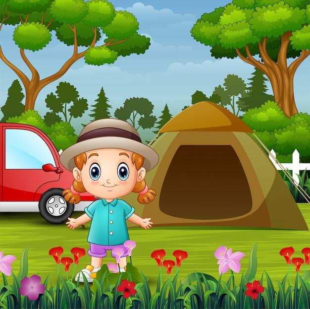 Menina bonitinha acampar no parque