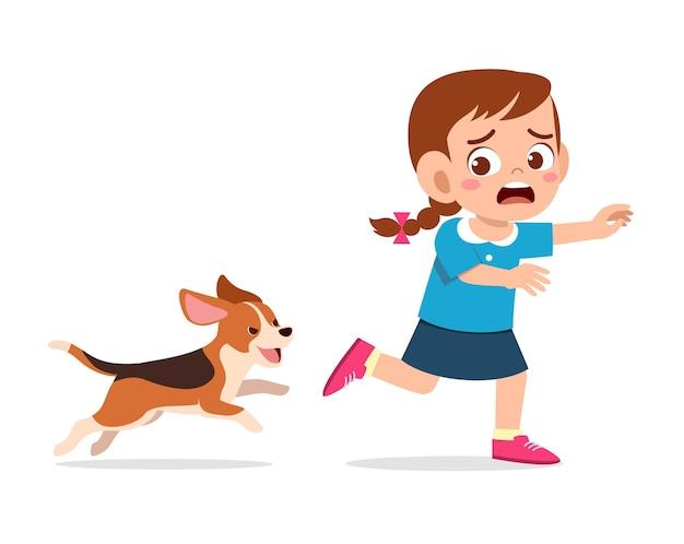Menina bonitinha assustada porque foi perseguida pela ilustração do cachorro mau