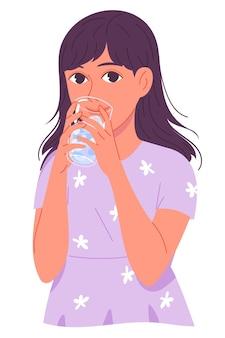 Menina bonitinha bebendo água de vidro.