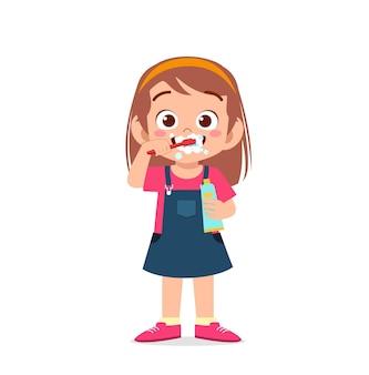 Menina bonitinha escovando os dentes e segurando pasta de dente