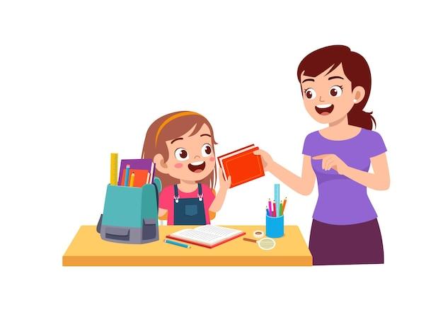 Menina bonitinha estudando com a mãe em casa juntas