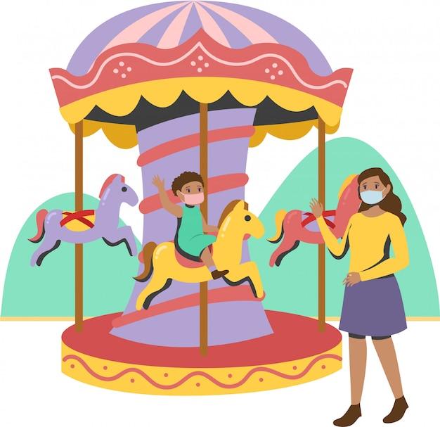 Menina brincando de carrossel durante novo normal com a mãe