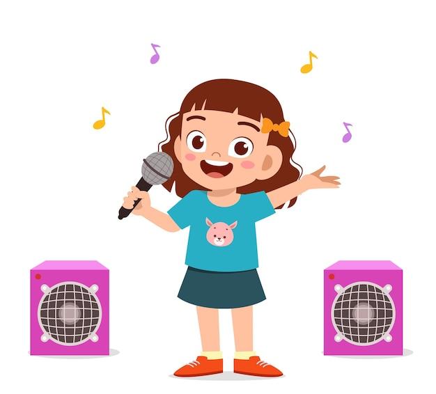 Menina cantando uma linda canção no palco
