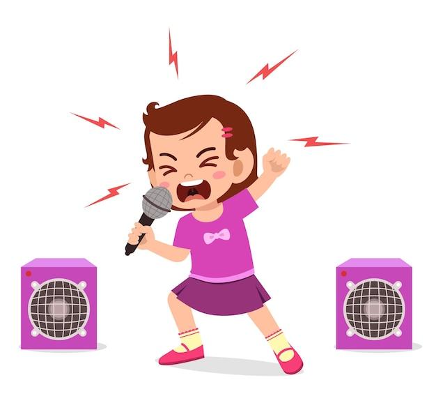 Menina cantando uma música no palco e gritando