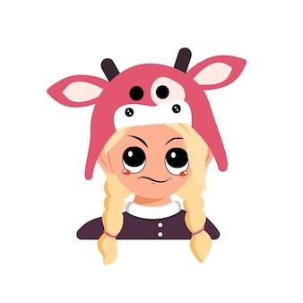 Menina com cabelo loiro e emoções de cara desconfiada e descontente com chapéu de vaca. cabeça de criança fofa com expressão irritada em fantasia de carnaval para o feriado, natal ou ano novo