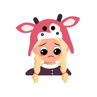 Menina com cabelo loiro e emoções tristes, olhos deprimidos de face para baixo na cabeça de chapéu de vaca de criança bonita com m ...