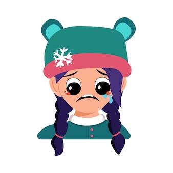 Menina com choro e lágrimas emoção rosto triste olhos depressivos e cabelo azul no chapéu de urso com floco de neve ...