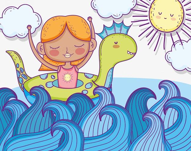 Menina com dinossauro flutuar nas ondas do mar