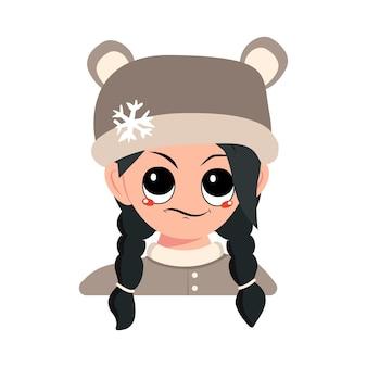 Menina com emoções de olhar descontente suspeito e cabelo preto no chapéu de urso com chil bonito do floco de neve ...