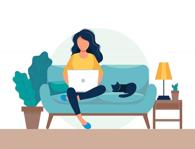 Menina com laptop sentado na cadeira. freelance ou conceito de estudo.