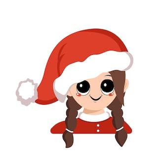 Menina com olhos grandes e sorriso largo e feliz em criança fofa de chapéu de papai noel vermelho com cara alegre em traje festivo ...