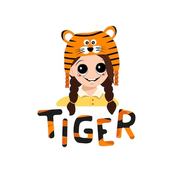 Menina com olhos grandes e sorriso largo no chapéu de tigre com letras de criança fofa com cara feliz em festivo co.