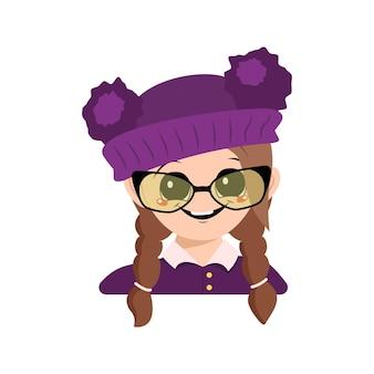 Menina com olhos grandes, óculos e um grande sorriso feliz no chapéu roxo com pompom. criança fofa com cara alegre
