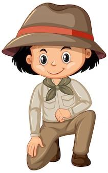 Menina com roupa de safari, sentado no branco