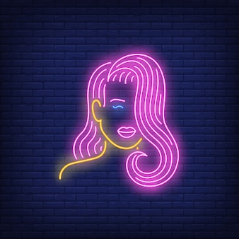 Menina com sinal de néon de cabelo rosa