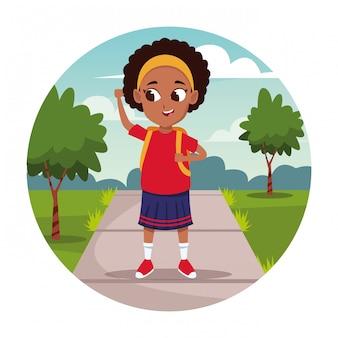 Menina da escola com desenhos animados de mochila