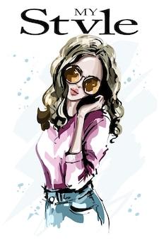 Menina da moda com óculos escuros e top legal