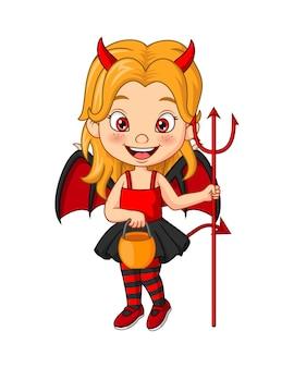 Menina de desenho animado usando fantasia de diabo de halloween segurando um forcado