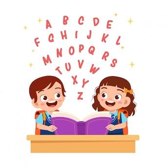 Menina e menino bonito feliz aprendem alfabeto