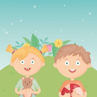 Menina e menino com bola e pelúcia ao ar livre, brinquedos para crianças