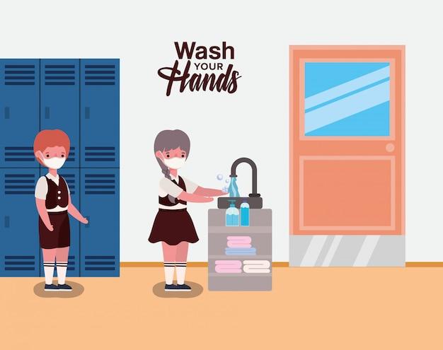 Menina e menino criança com uniforme e máscara de lavar as mãos