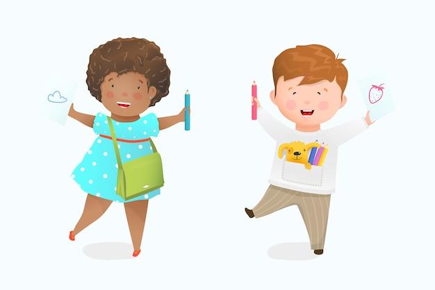 Menina e menino desenhando com lápis no papel, criança afro-americana feliz sorrindo mostrando a ilustração no papel. desenho de pré-escola, jardim de infância ou escola primária. desenho em aquarela.