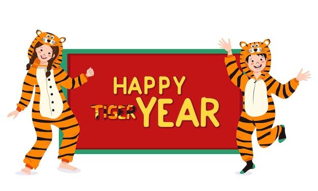 Menina e menino na fantasia de carnaval de tigre com lugar para texto. criança de pijama de festa. criança de macacão ou kigurumi, roupas festivas para ano novo, natal ou feriado
