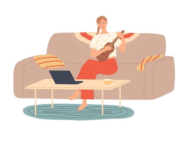 Menina em casa sentada no sofá tocando guitarra.