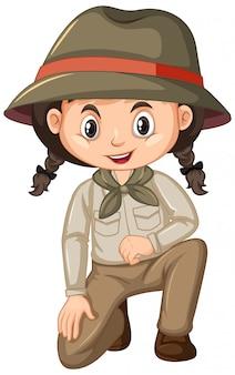 Menina em uniforme de escoteiro, sentado no branco