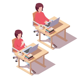 Menina está sentada à mesa e usa um laptop e smartphone.