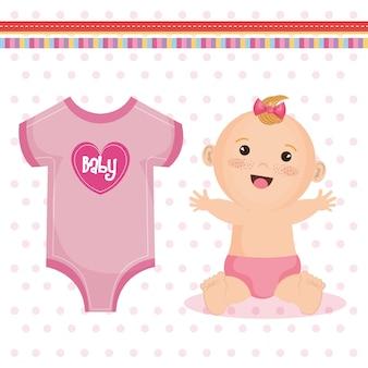 Menina feliz bonito com fralda de laço rosa e roupas de bebê