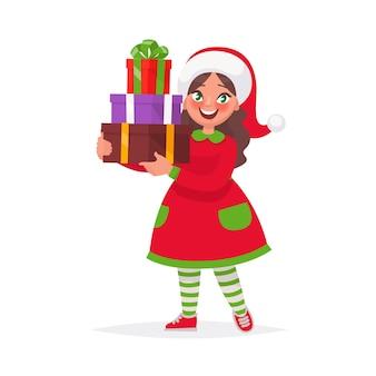 Menina feliz com chapéu de natal e um presente para as férias