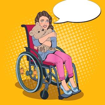Menina feliz com deficiência em cadeira de rodas