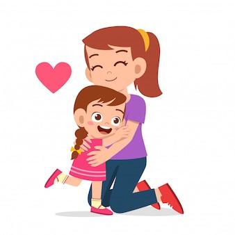 Menina feliz criança fofa, abraçando a mãe