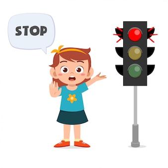 Menina feliz criança fofa com sinalização de trânsito