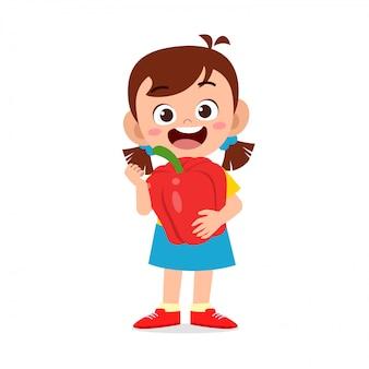 Menina feliz criança fofa segurando legumes frescos