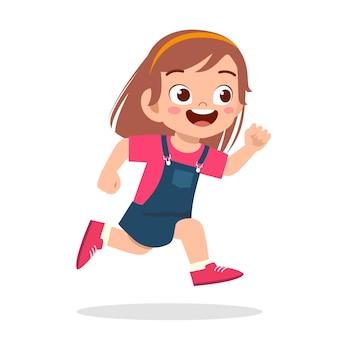 Menina feliz e fofa correndo tão rápido