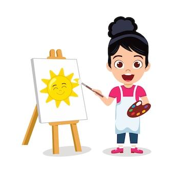 Menina feliz e fofa desenhando uma bela pintura de sol com uma expressão alegre